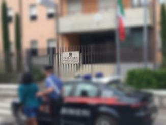 Straniera fuori di testa aggredisce e ferisce carabinieri, solo denuncia per lei