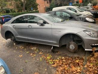 Va riprendere auto e la ritrova senza ruote, accade a Perugia