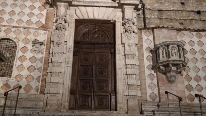 Divieto di accesso sulle scalinate del Duomo e Palazzo dei Priori