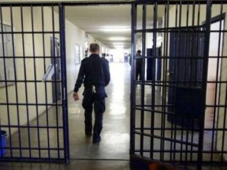 Cinturate ad un agente di polizia e pugno ad agente della penitenziaria