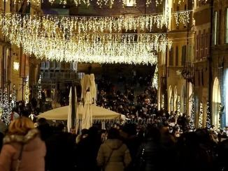 Centro Perugia affollato alla faccia del covid, ma la foto, però, inganna