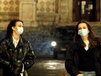 Stop coprifuoco e via mascherine all'aperto in sicurezza