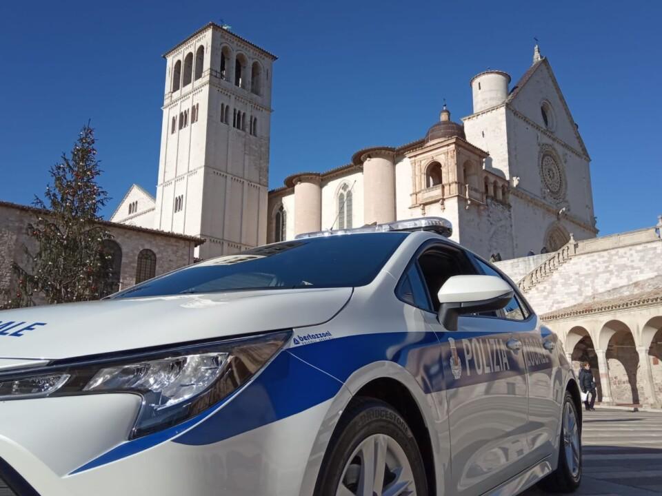 Mangiavano all'aria aperta, multe da 400 euro a 8 persone ad Assisi