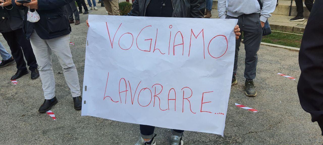 Mezzogiorno di fuoco, protesta a Perugia di ristoratori, baristi e commercianti