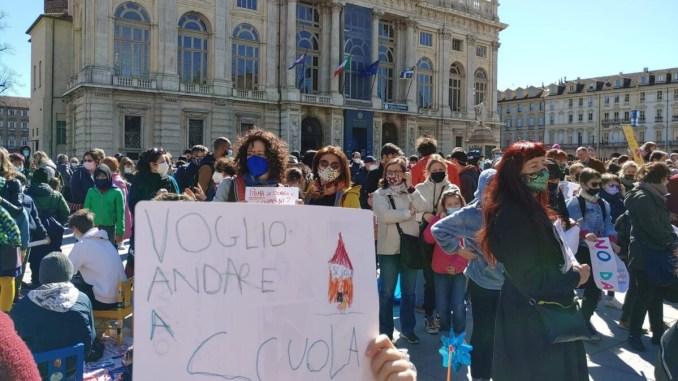 Priorità alla scuola davanti Montecitorio, troppi lockdown per i giovani