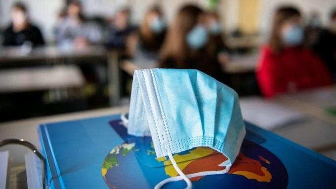 Covid: Garattini, vaccino under 40 meno urgente? 'Non dimentichiamo scuola'