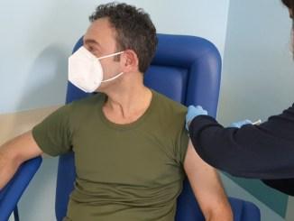Sospesa vaccinazione covid AstraZeneca per militari e forze dell'ordine