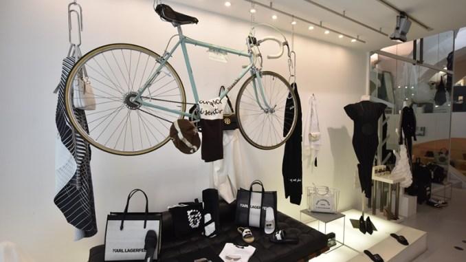 Giro d'Italia, foto, bici e maglie storiche nei negozi del centro