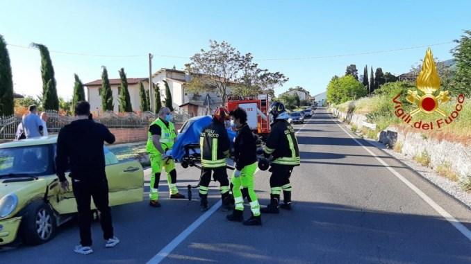 Scontro frontale tra due auto sulla Flaminia, una persona ferita