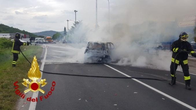 Incidente stradale e incendio, auto in fiamme a Corciano, Mondo Convenienza