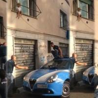 Poliziotti salvano una bimba seduta sul davanzale di una finestra al primo piano 🔴 VIDEO