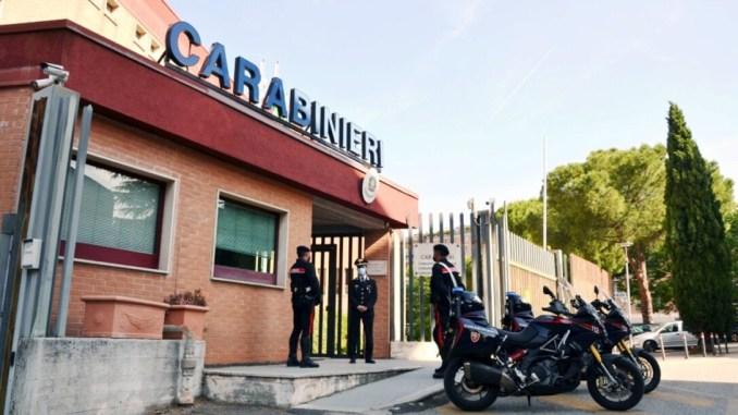 Straniero aggredisce carabinieri, bloccato con spray urticante, arrestato