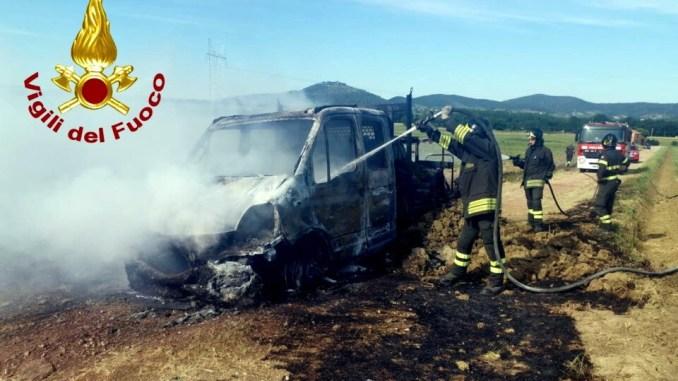 Incendio a Panicale, furgone rifornitore carburante divorato dalle fiamme
