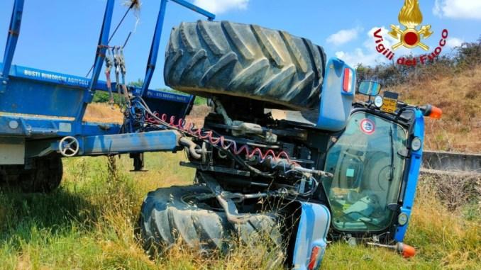 Un uomo è rimasto ferito sul lavoro per il ribaltamento del trattore