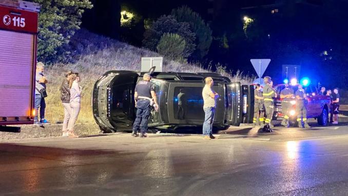 Incidente a Perugia, Range Rover si rovescia su un fianco