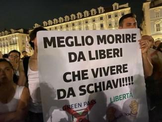 Vaccini, basta dittatura e no al green pass, la Resistenza è cominciata, sit-in, fiaccolate e presidi a Roma la protesta