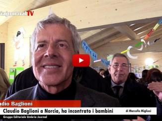 Claudio Baglioni ha consegnato ai bambini di Norcia un assegno dei bambini del Bangui