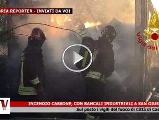 Incendio a San Giustino, pallet in fiamme, pompieri sul posto