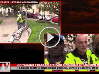 Un italiano e alcuni immigrati africano dipingono le panchine a Perugia, il video