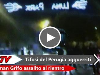 Tifosi del Perugia agguerriti durante l'arrivo del pullman a Pian di Massiano