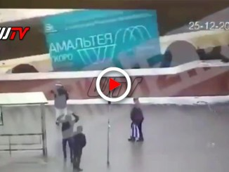 Video dello schianto dell'autobus in un sottopasso a Mosca, cinque morti