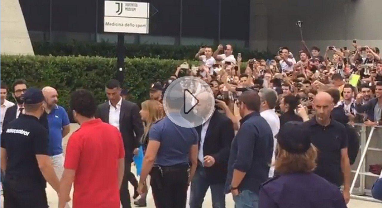Cristiano Ronaldo, il CR7 a Torino incontra tifosi prima delle visite mediche