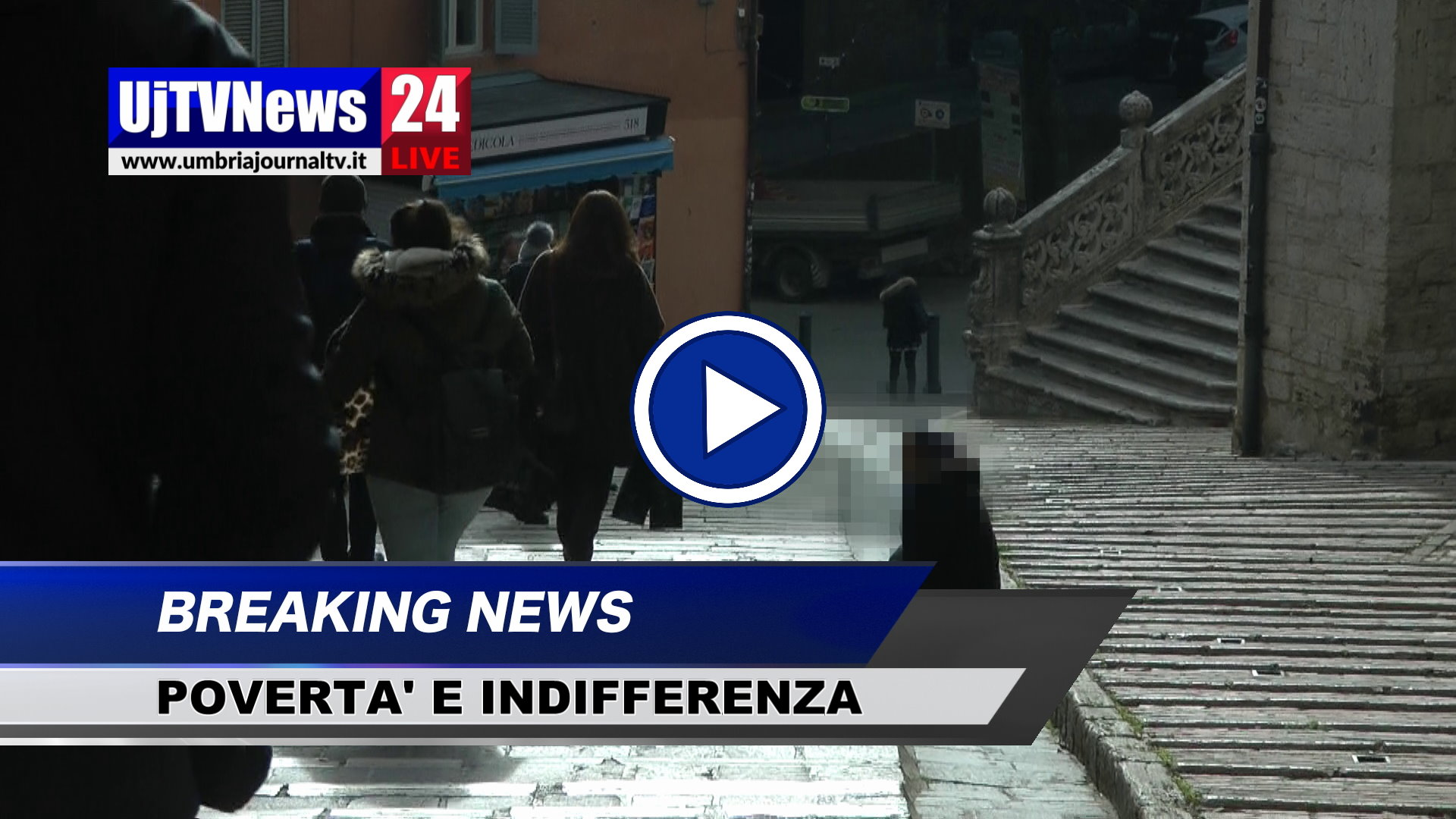 Povertà, in ginocchio a chiedere elemosina, davanti a lei indifferenza VIDEO
