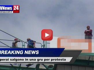 Tre operai sulla gru protesta a Pian di Massiano perché non ricevono lo stipendio |Video