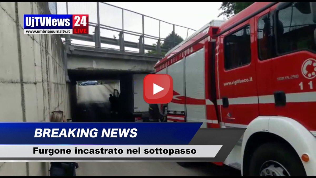 Furgone incastrato nel sottopasso di Tordandrea ad Assisi, il video