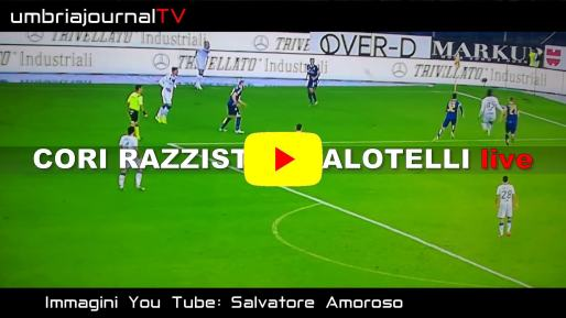 Razzismo, Balotelli scaglia via palla dopo insulti, partita sospesa per tre minuti