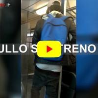 Il bullo sul treno si perde il calzoni, ma non la bottiglia di vino |Video