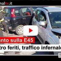 Auto pirata investe moto a Collestrada, schianto tra due auto, 4 feriti