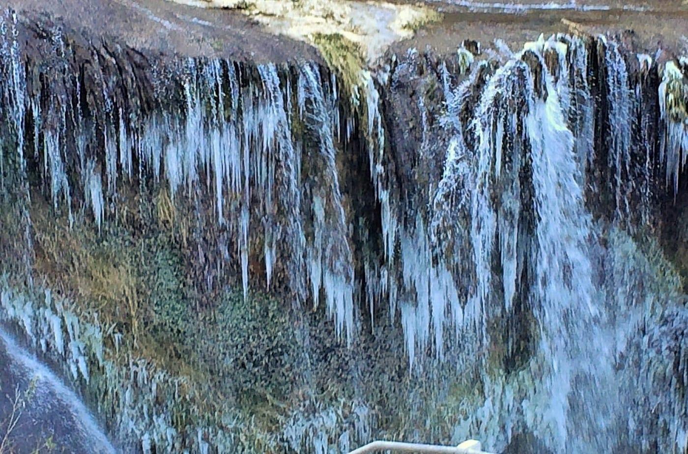 https://i0.wp.com/www.umbriaon.it/2015/wp-content/uploads/2017/01/Cascata-delle-Marmore-ghiacciata-gelo-7-gennaio-2017-4.jpg