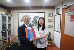 崔溶澈教授将韩国红楼梦研究会出版的《红楼》期刊赠予本系。