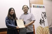 深耕散文班导师方路颁发优秀学员证书与奖品予叶思杏学员。