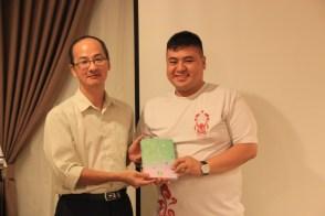 获奖的幸运儿从郑庭河老师(左)手上接过礼物。