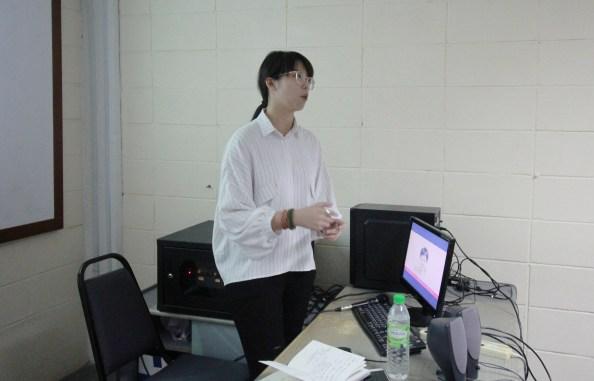李婷欣同学呈现毕业论文构思。