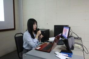 郑伊皓同学向大家说明她的论文框架。