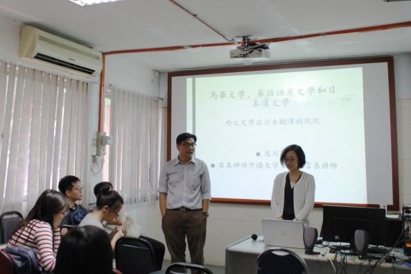 本系高级讲师何启才博士(左)向同学们介绍日本神田外语大学专任讲师及川茜(右)的学术背景。