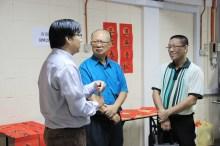 高级讲师何启才博士(左)与杨清龙老师(中)及系友熊唯善(右)谈话。