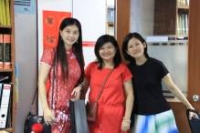 系友见面并与高级讲师王秀娟博士(右)合照。