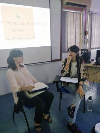 导读者李婷欣(右)认为言叔夏的散文有三种特色。