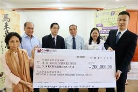李玉女士(左)把支票移交给中国社科出版社编审宋燕鹏博士(右)。