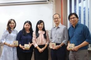 驻马来西亚台北经济文化办事处教育组组长张佳琳(中)赠送纪念品予马大中文系高级讲师。