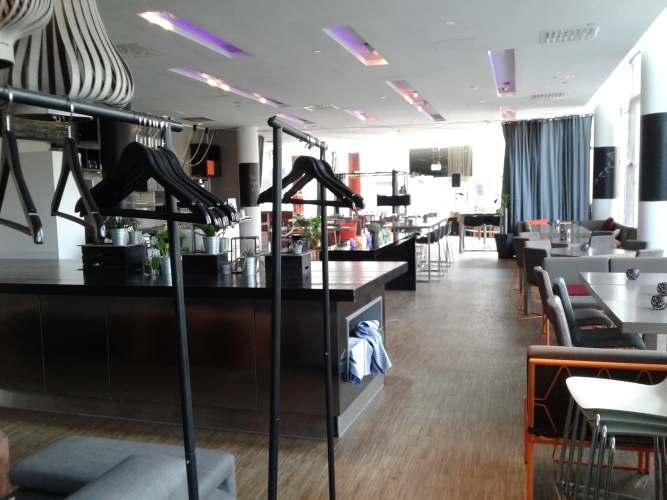 Plectrum cafe empty