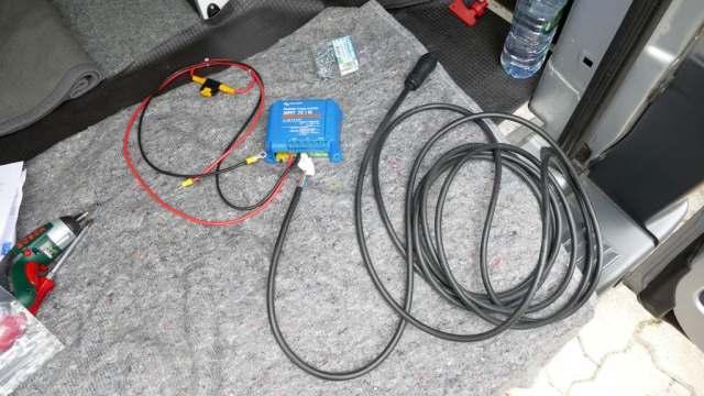 Regler (blau), Anschlussleitung zur Batterie (rot/schwarz) und Ladekabel zum Solarpanel (schwarz)