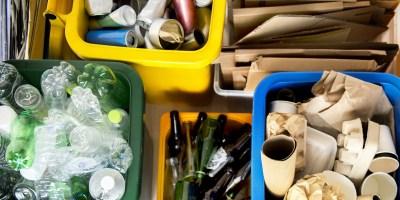In verschiedene Kisten ordentlich sortierte Materialien wie Altpapier, Altglas und Plastikfalschen