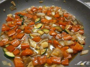 Reis mit frittierten Seelachswürfeln und Gemüse