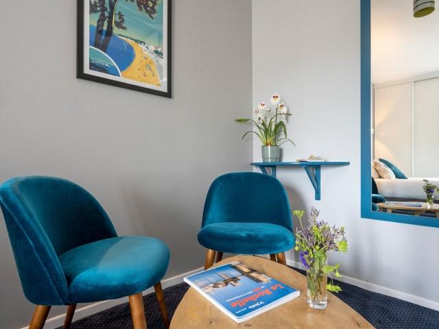 coin salon de la chambre double confort - Un Hôtel sur le port