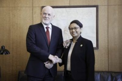 Peter Thomson, President of the seventy-first session of the General Assembly meets with Mrs. Retno Marsudi, Minister for Foreign Affairs (Republic of Indonesia).